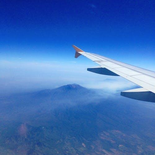 Kostenloses Stock Foto zu berge, blauer himmel, flügel, flugzeug
