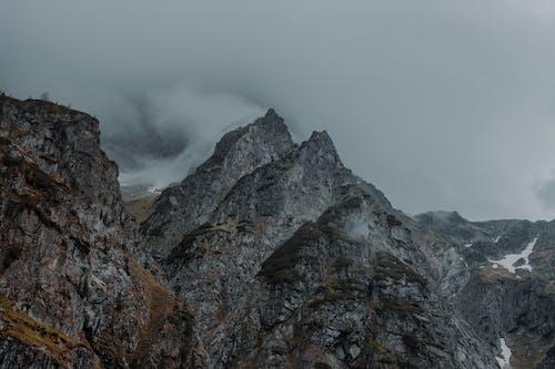Immagine gratuita di all'aperto, bel paesaggio, cielo coperto, montagna