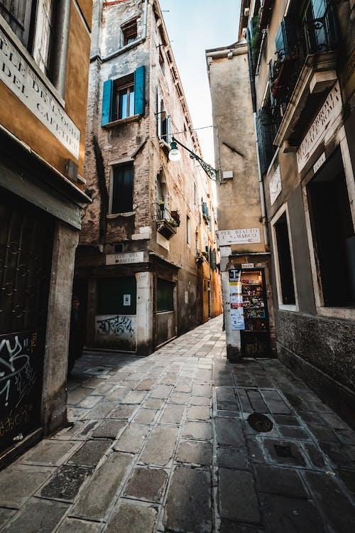 Бесплатное стоковое фото с Аллея, архитектура, базилика, булыжник