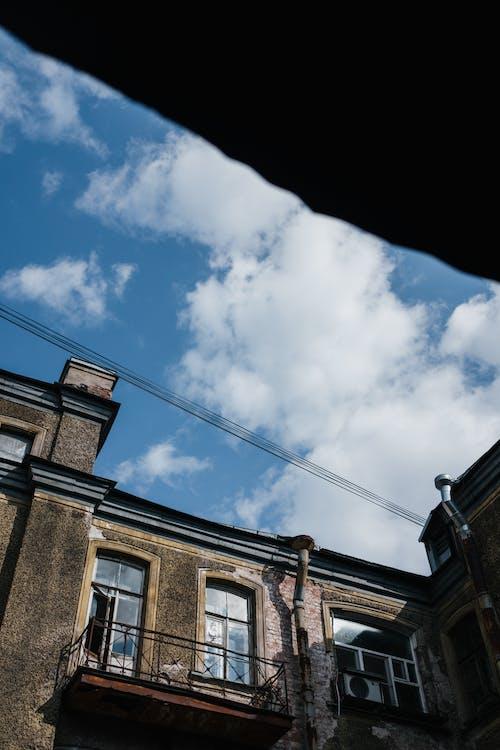 Mavi Gökyüzü Altında Kahverengi Tuğla Bina
