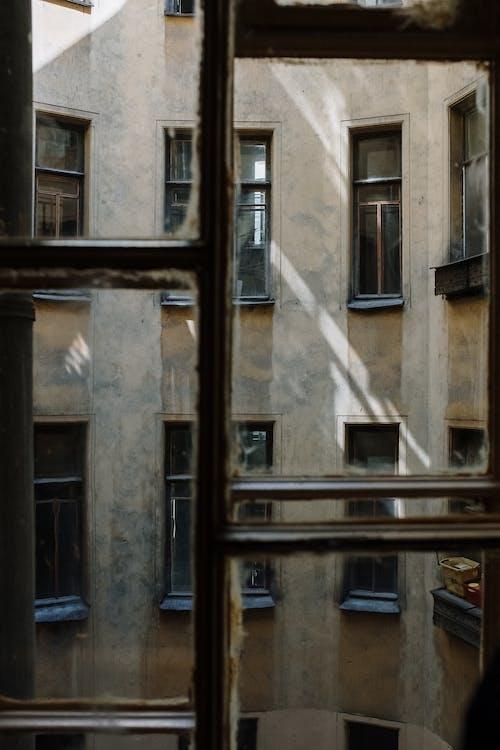 棕色和灰色的混凝土建筑