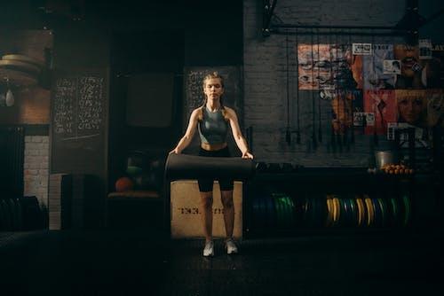 Foto profissional grátis de academia de ginástica, alongamento, alongar
