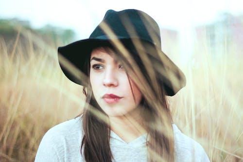 戴黑帽子的女人