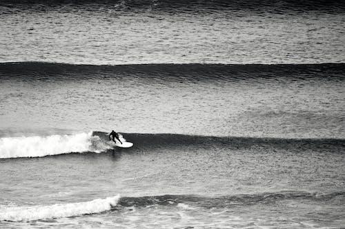 Persoon Die Op Zeegolven Surft