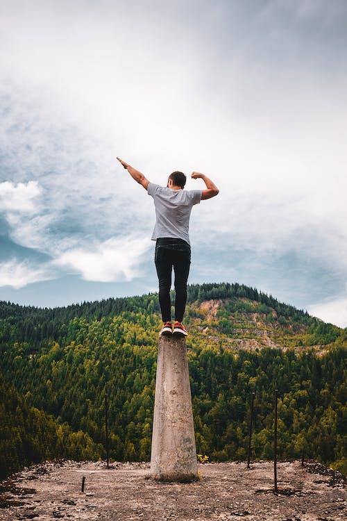 Δωρεάν στοκ φωτογραφιών με άνδρας, Άνθρωποι, βουνό, γρασίδι