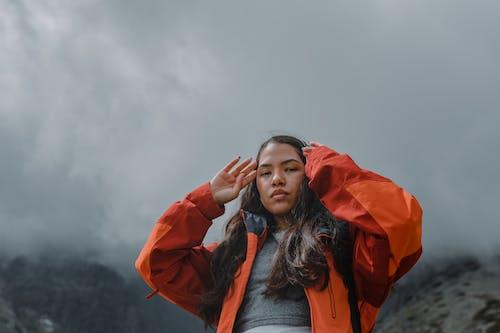 Gratis stockfoto met berg, bergen, humeurig, knap meisje