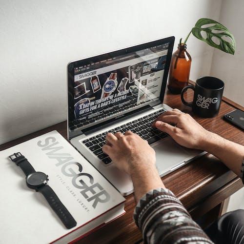 Gratis lagerfoto af armbåndsur, bærbar computer, berøring