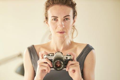 Darmowe zdjęcie z galerii z aparat, atrakcyjny, człowiek, dziewczyna