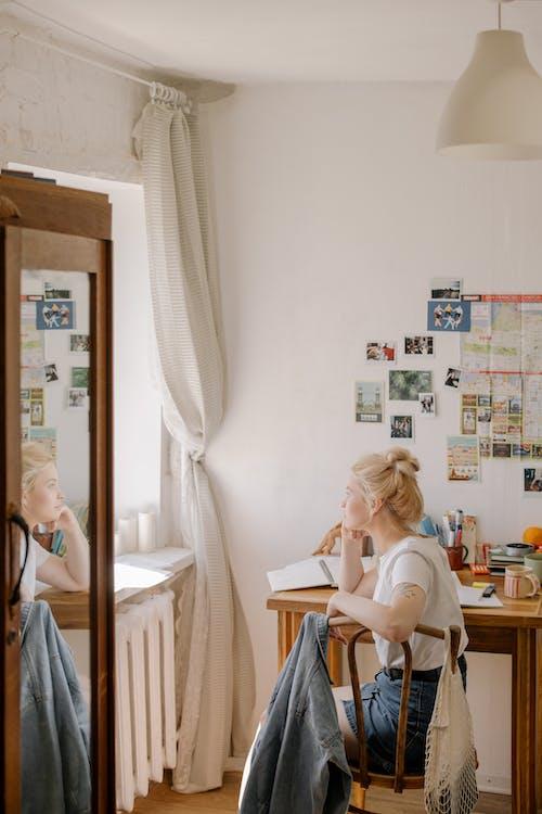 Základová fotografie zdarma na téma holka, interiér, jedna osoba, ležérní