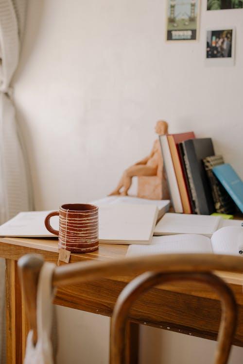 Gratis lagerfoto af arbejdsplads, bøger, bogstøtte