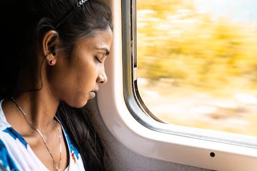 インドの女の子, リラックス, 列車, 女の赤ちゃんインドの無料の写真素材