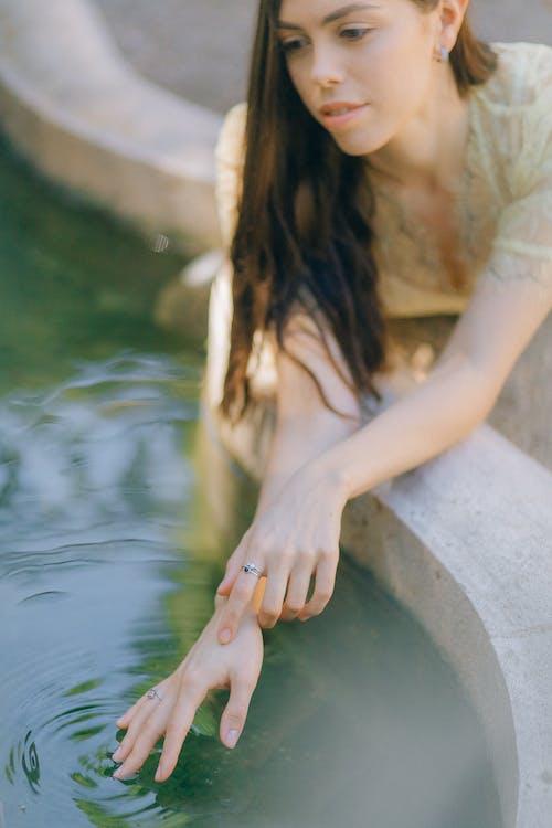 Foto profissional grátis de água, amarelo, anel