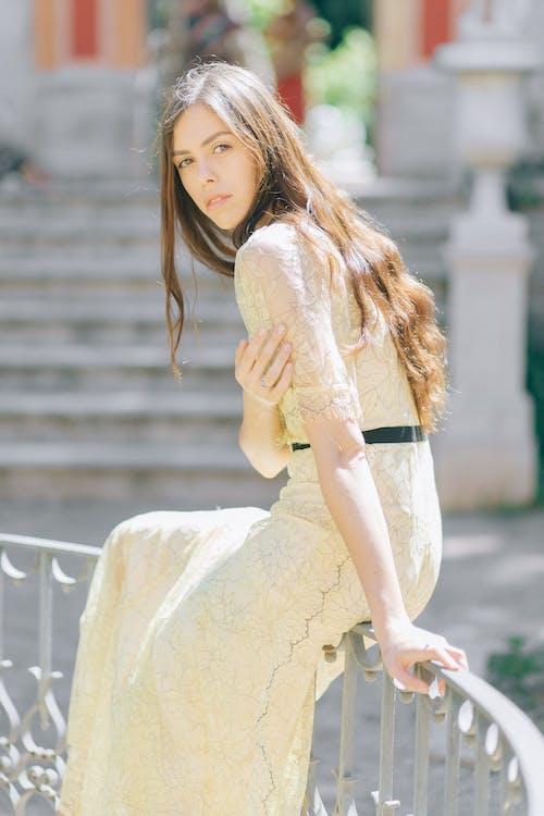 갈색 머리, 금속, 긴 머리의 무료 스톡 사진