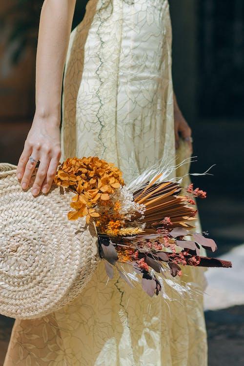 노란 드레스, 마른 꽃, 바구니의 무료 스톡 사진