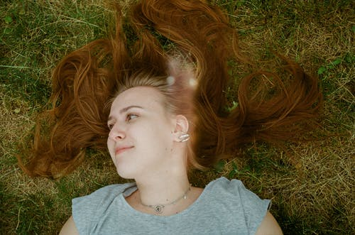 çim kız, çim saç okumak, film, film kamerası içeren Ücretsiz stok fotoğraf