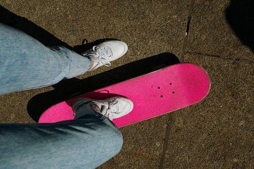 Pessoa Em Jeans Azul E Tênis Branco