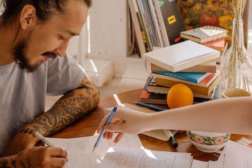 Gratis lagerfoto af asiatisk mand, bøger, eksamen