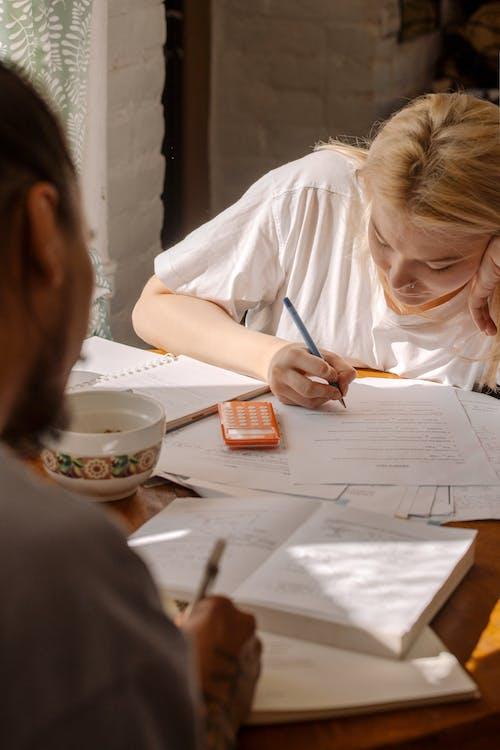 Základová fotografie zdarma na téma domácí práce, kalkulačka, kancelářské potřeby, papíry