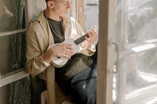 Бесплатное стоковое фото с в помещении, гитара, досуг, мелодия