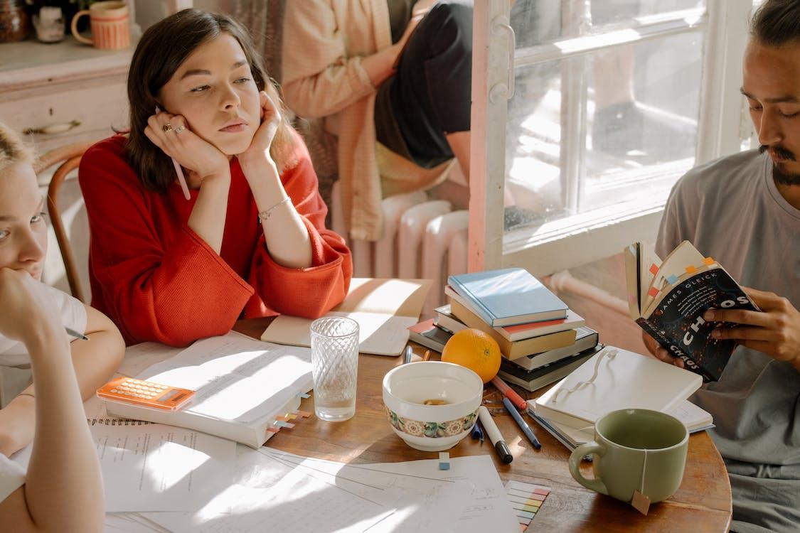 Foto stok gratis asrama, belajar, bosan