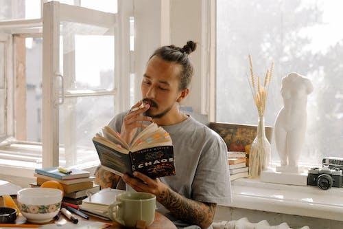 Darmowe zdjęcie z galerii z azjata, biurko, czytanie