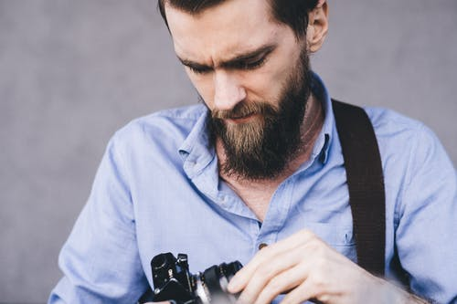 Základová fotografie zdarma na téma analogový, chloupky na obličeji, dioptrické brýle, dívání