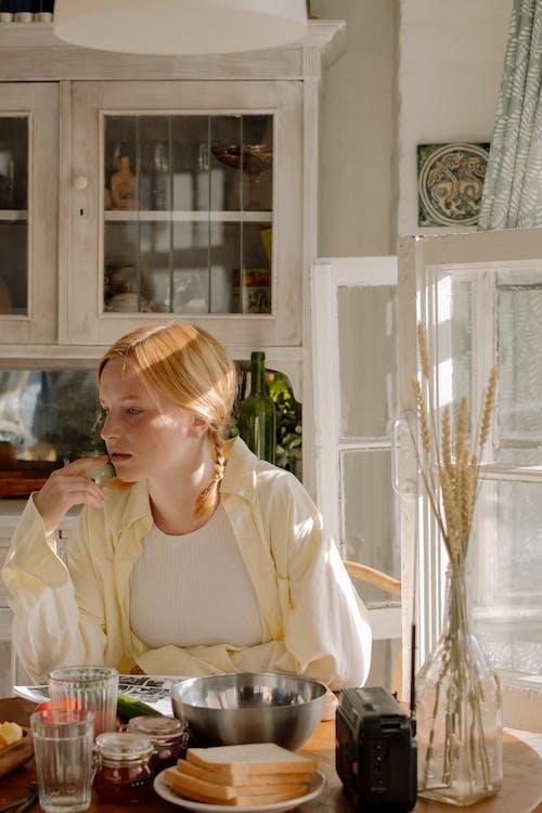 Kostenloses Stock Foto zu denken, drinnen, eine person, essen