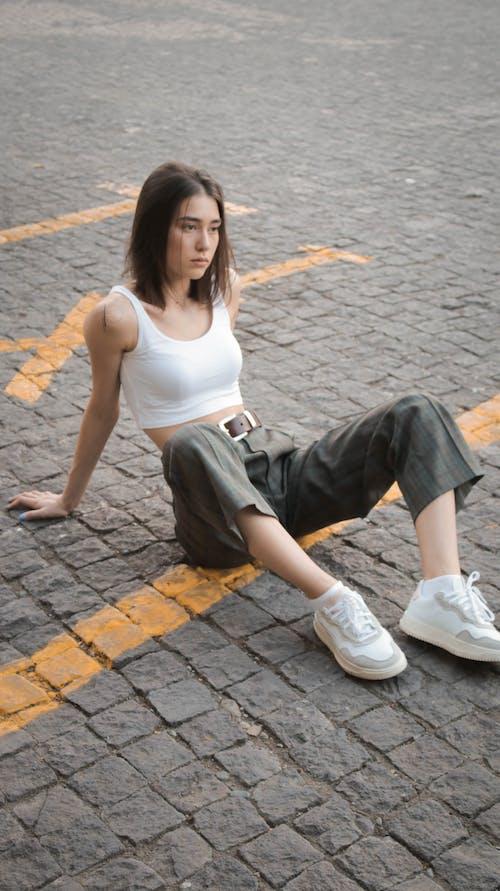 Foto d'estoc gratuïta de a l'aire lliure, adolescent, adult, assegut