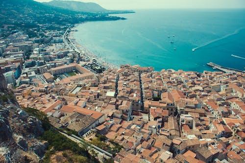 deniz kenarında şehir, eski deniz şehri, kayanın altında şehir, okyanus şehri içeren Ücretsiz stok fotoğraf