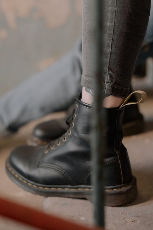 Ilmainen kuvapankkikuva tunnisteilla asu, dr martens, esine, jalka