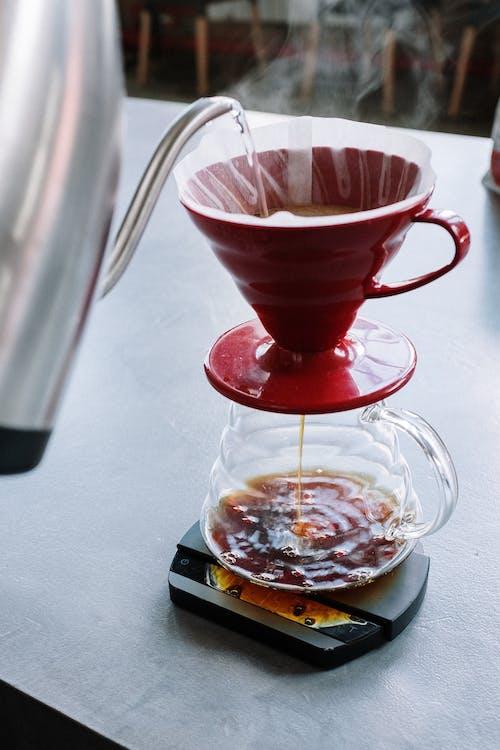 Прозрачная стеклянная чашка с красной жидкостью