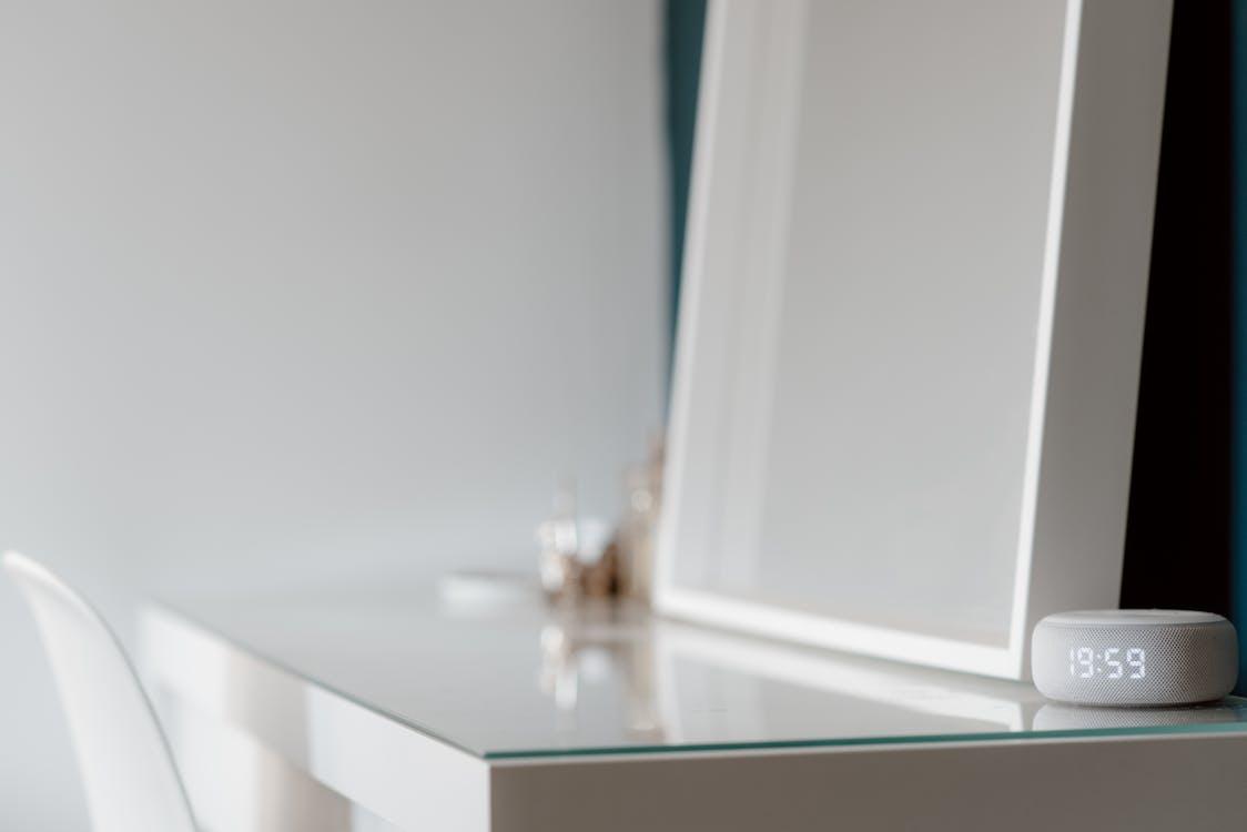 Bottiglia Di Vetro Trasparente Sul Tavolo Bianco