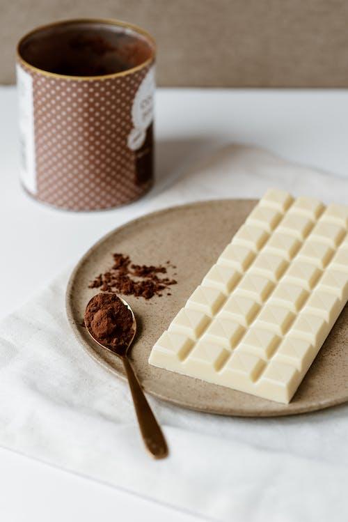 Cokelat Putih Dan Coklat Di Piring