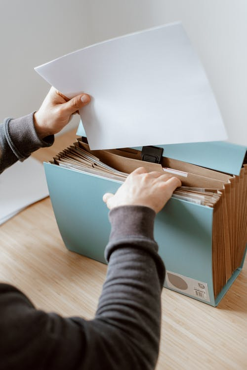 Pria Membuka Koper Biru Dengan Dokumen