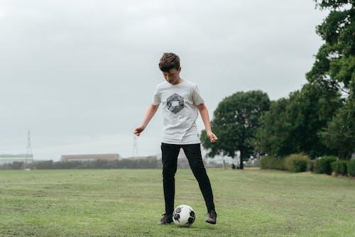 Ragazzo Concentrato Che Gioca A Calcio Nel Campo