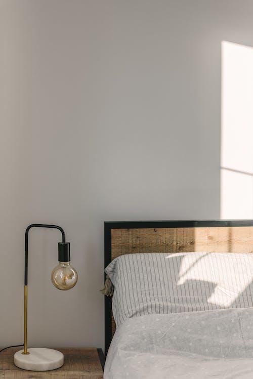 Schlafzimmer Interieur Mit Lampe In Der Nähe Der Wand Im Sonnenlicht