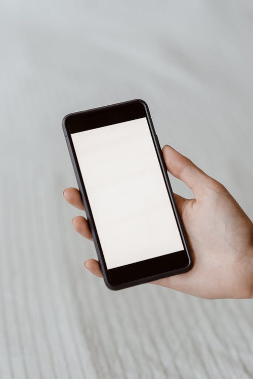 Osoba Bez Twarzy Demonstrująca Pusty Ekran Na Smartfonie