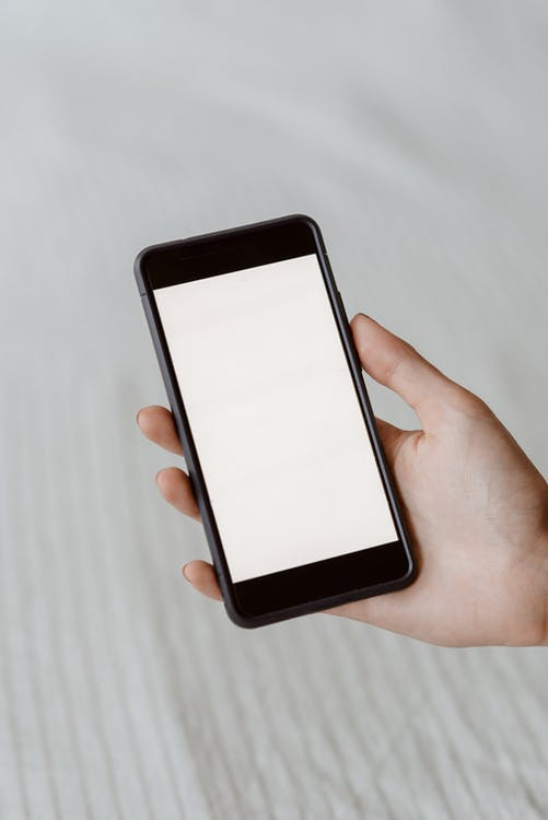 Gesichtslose Person, Die Leeren Bildschirm Auf Smartphone Demonstriert