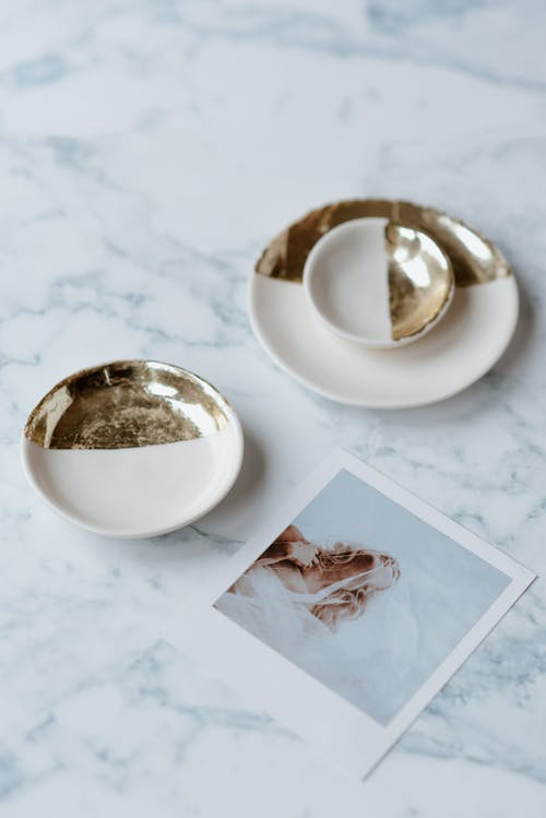 Decorative saucers near photography of bride on table