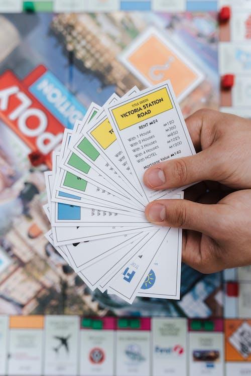 Persona De Cultivo Con Cartas De Escritura Variadas Jugando Monopoly