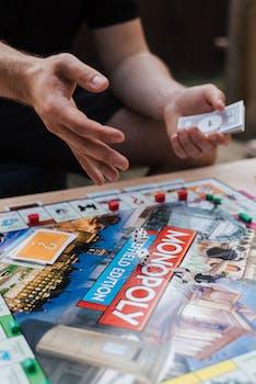 joueur masculin avec de l argent de jeu jouant au monopole