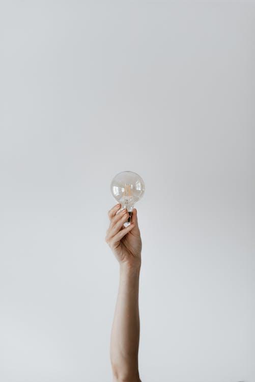 Bombilla De Luz Mostrando Hembra Anónima