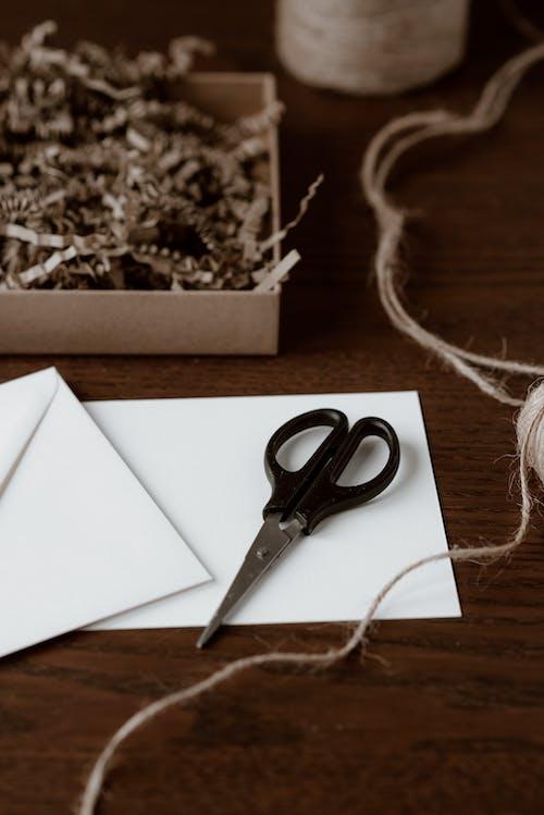 机の上にハサミと糸で空の紙シート