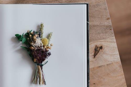 アルバムシートの繊細な花の花束