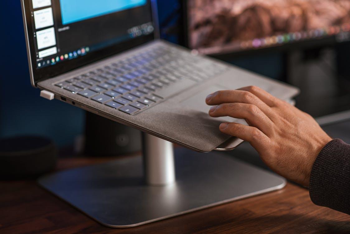 Crop Gesichtslosen Mann Mit Laptop Auf Ständer