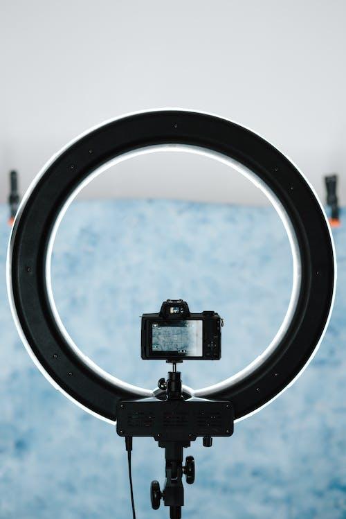 Современная яркая светодиодная лампа с фотоаппаратом в студии