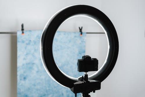 Câmera Fotográfica Moderna Colocada Perto Da Lâmpada Do Estúdio