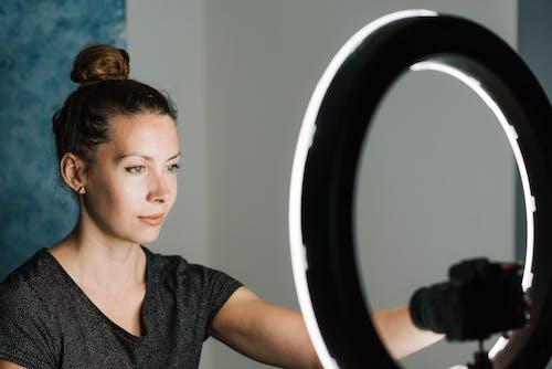 Jovem Tirando Uma Selfie Em Estúdio Profissional