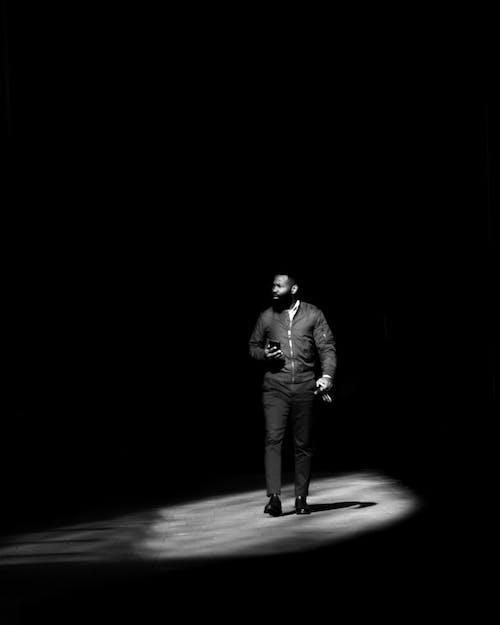 거리 사진, 걷는 남자, 고상한, 날카로운의 무료 스톡 사진