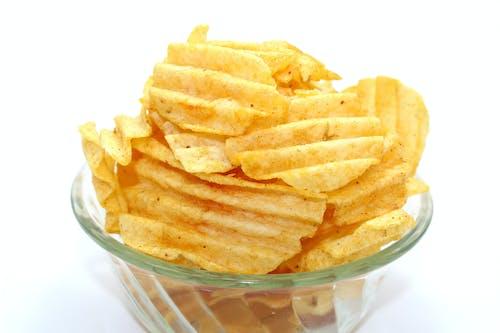 Бесплатное стоковое фото с вкусный, картофельные чипсы, миска, нездоровая пища